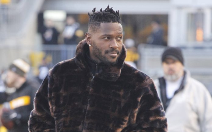 Antonio Brown on the sideline as the Steelers fight for their lives in a week 17 match up against the Bengals
